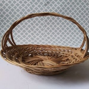 Round wicker basket with handle